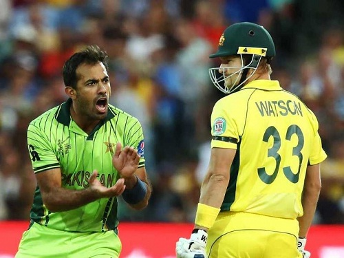 Wahab Riaz (L) and Shane Watson had a tough time together on field (source: ndtc)