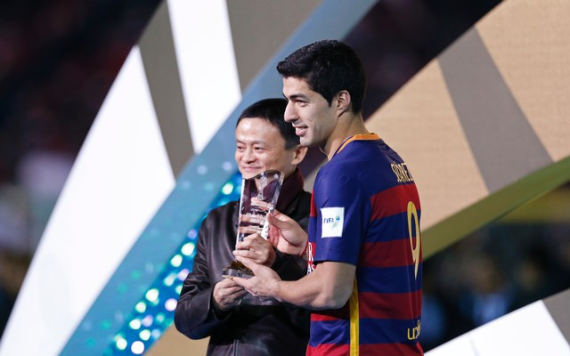 21.+FC+Barcelona's+Luis+Suarez+celebrates+with+the+Most+Valuable+Player+award+and+founder+and+executive+chairman+of+Alibaba+Group+Jack+Ma